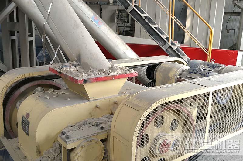河南客户对辊破碎机工作现场图